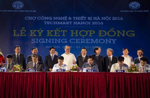 lanh-dao-chung-kien-le-ky-ket-hop-dong-tai-techmart-2016